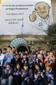 Finalistas junto a gigantografía papa Francisco en Embajada de Corea 2