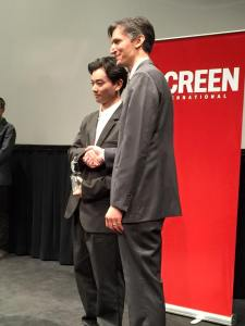 Shota Sometani receiving his award.